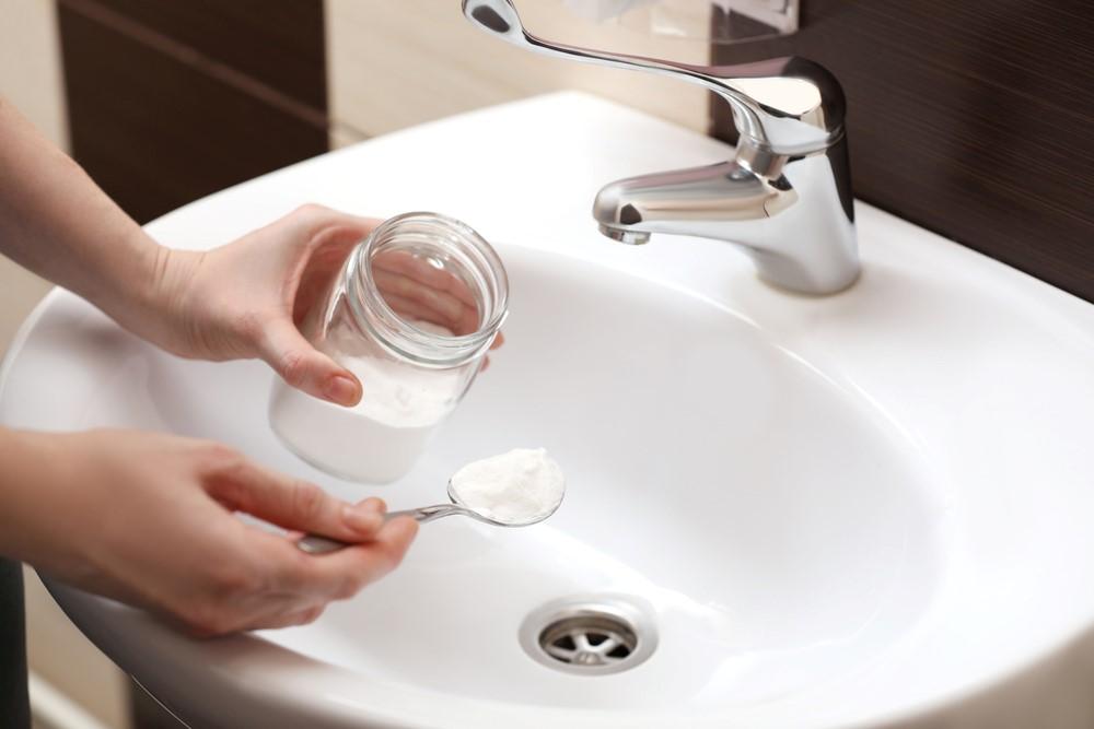 ภาพ: การใช้เบกกิ้งโซดาทำความสะอาดอ่างล้างหน้า