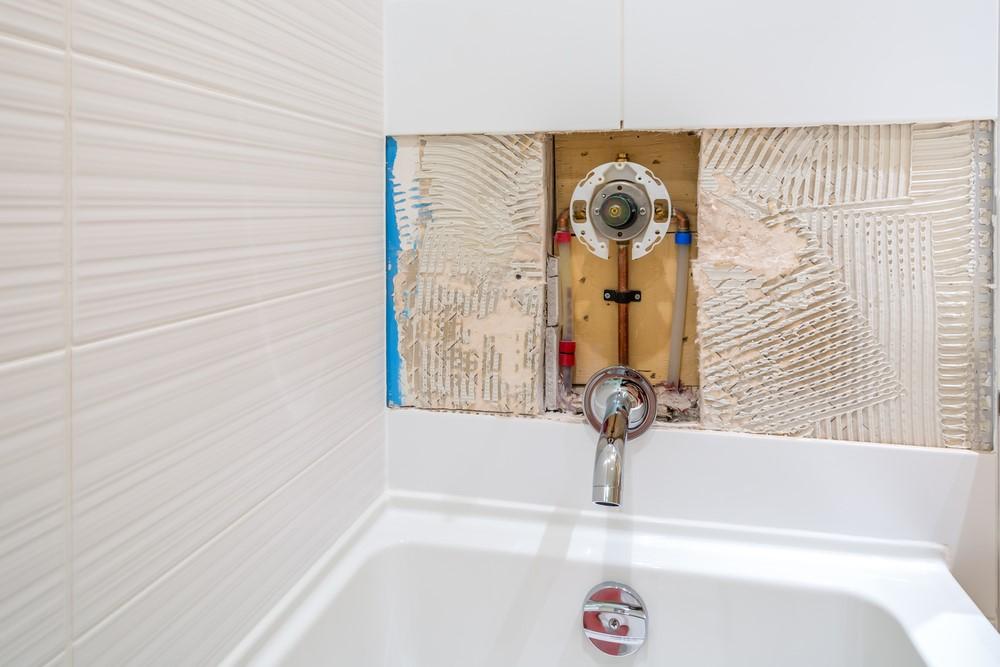 ภาพ: ท่อน้ำร้อนและน้ำเย็นที่ติดตั้งภายในผนัง